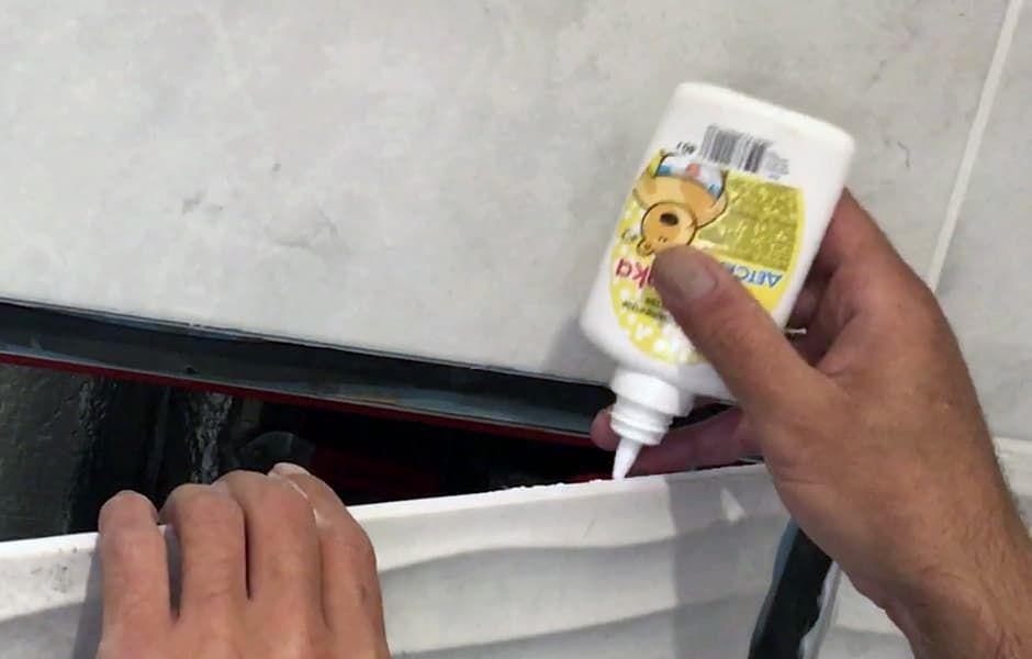 края силиконового шва могут склеиться при закрытой дверце